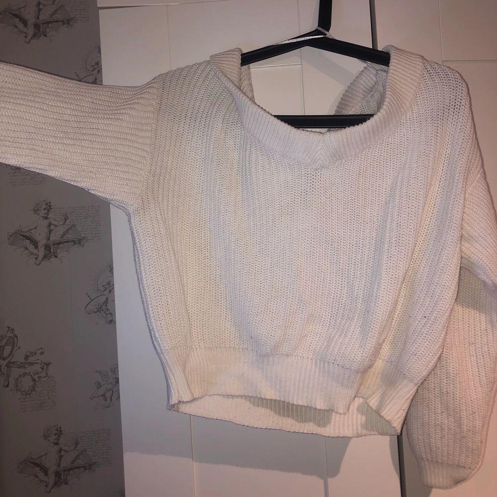 Säljer den här suuuuper fina stickade tröjan från Ginatricot. Den är jättemysig och jättesnygg på. den är ganska kort💖 Säljer för att den inte kommer till använding. Stickat.