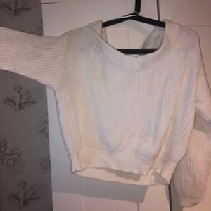 Säljer den här suuuuper fina stickade tröjan från Ginatricot. Den är jättemysig och jättesnygg på. den är ganska kort💖 Säljer för att den inte kommer till använding
