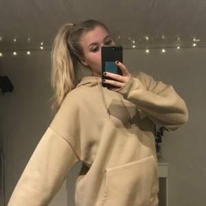 JÄTTEFIN, mjuk, skön hoodie från prettylittlething! Knappt använd! ❤️ köparen står för frakt!
