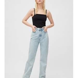 Har dessa row jeans från weekday i färgen aqua blue 24/30. Dock är dessa för korta på mig som är 170. Undrar om någon har längd 32 eller 34 så 25/32 eller 25/34. Kan byta eller köpa🥰