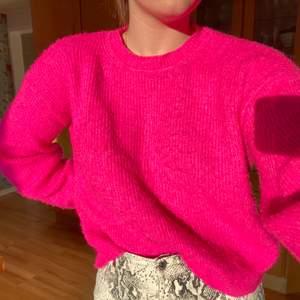 Säljer denna fina stickade tröja från Chiquelle. Den är såå mysig och i en jättefin nästan neon-rosa färg som lyser upp vilken höstdag som helst. Den är knappt använd men har blivit ganska nopprig men det går lätt att åtgärda med en sax, rakhyvel eller liknande!