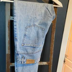 Säljer dessa snygga mom jeans från Gina tricot! Säljer dessa då de är för små för mig. Höga i midjan, rakare modell i benen och ljusare blå färg. Frakt: 88kr🥰
