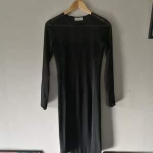 Supersnygg svart klänning med mesh detaljer. Märke: By Malene Birger. Nypris ca. 1500kr. Säljer för 300 kr. Sitter snyggt på!💃