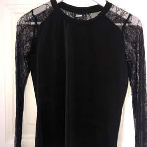 Säljer nu en tröja jag fick. Inte min stil. Funkar för M men bättre på S. Spets på armarna. Kan bäras festlig, formell eller bacis med dom rätta accessoarerna. Vid snabb affär kan priset sänkas. Köparen står för frakt. Aldrig använd.