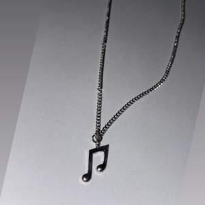 2 första bilderna är halsband ca30cm. Tredje bilden är ett par tass örhängen 🐾  köpa från insta gram smycken_by_hilma