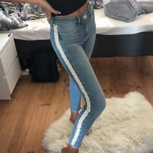 """Superfina jeans från River island med pärlor på sidorna i modellen """"molly"""". Säljer eftersom de tyvärr är för korta för mig:( Det saknas en pärla på ena benet (se bild 3) men absolut inget som syns! Storlek S men stretchiga!!💗"""