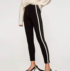 Supersnygga byxor från Zara, de är använda men fortfarande bra skick! Är tyvärr för små nu och kan därför inte skicka bild på de sitter på mig, Frakt tillkommer 💞