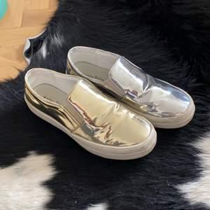 Säljer mina supercoola skor från okänt märke. En sko är silver och den andra guldig!