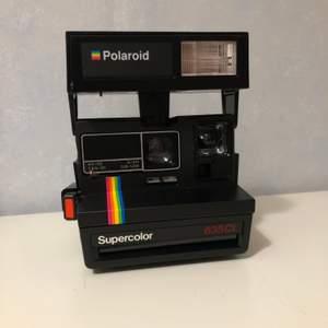 """En polaroid camera i mycket gott skick! Modellen """"Polaroid 600 supercolor 635CL"""" de två bilderna är tagna med kameran. Frakten står köparen för! Hör av dig vid intresse!"""