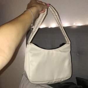 Väska från Gina Tricot. Super snygg och passar till mycket. Har aldrig använt. Skriv om du har någon fråga💕