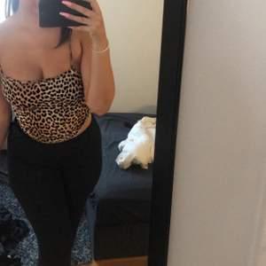 Leopard topp från Gina, storlek S