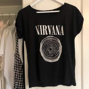 T-shirt med Nirvana tryck. Mycket gott skick! Passar XS-M beroende på passform.🤍