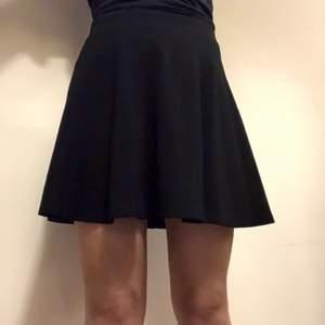 Söt och enkel kjol. Har bara använt en gång. Passar alla tillfällen. Om du beställer fler kläder från mig behöver du inte betala frakt separat för alla produkter❗️❗️
