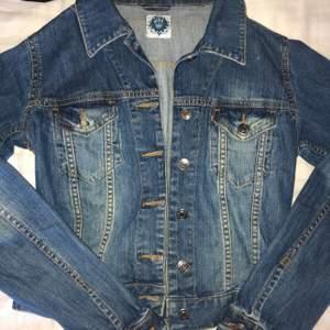Mörkblå croppad jeans jacka i strl S, i använt skick. Hör av dig vid intresse!💕