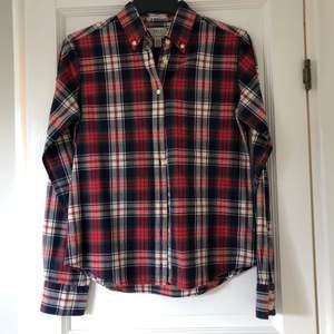 Rutig gantskjorta i rutigt tyg. Superfint skick, nästan som ny, eftersom jag växte ur den ganska fort. Strl 36