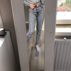 Snygga mom jeans från Ginatricot! Originalpris är 500 men säljer för 250! Bara att buda ✨