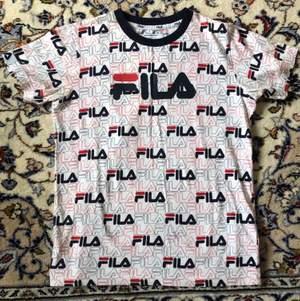 Säljer en jättesnygg Fila T-shirt. Använd bara en gång, inte riktigt min stil 🤷♀️  Nypris 350kr. Kan mötas upp i stockholm alt frakta. Frakten ingår inte i priset 💞💞