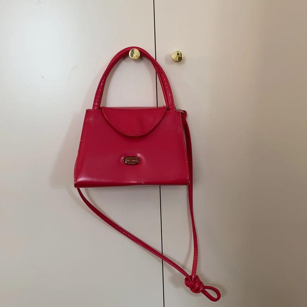 Säljer min fina rosa väska från Emmaus! Den är lite sliten därför nedsatt pris, men fortfarande supersnygg!💖 Tar endast swish, kan eventuellt mötas upp i Centrala Malmö🦋 . Accessoarer.