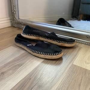 Slip ons från TOMS, väldigt sköna skor nu till sommarn. Storlek 36.          Nypris: 499:-