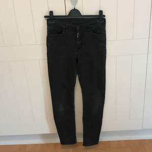 Ett par svarta byxor från weekday. Supersköna och stretchiga men jag mpste sälja den för att den inte passar mig längre🌻köparen står för frakten!