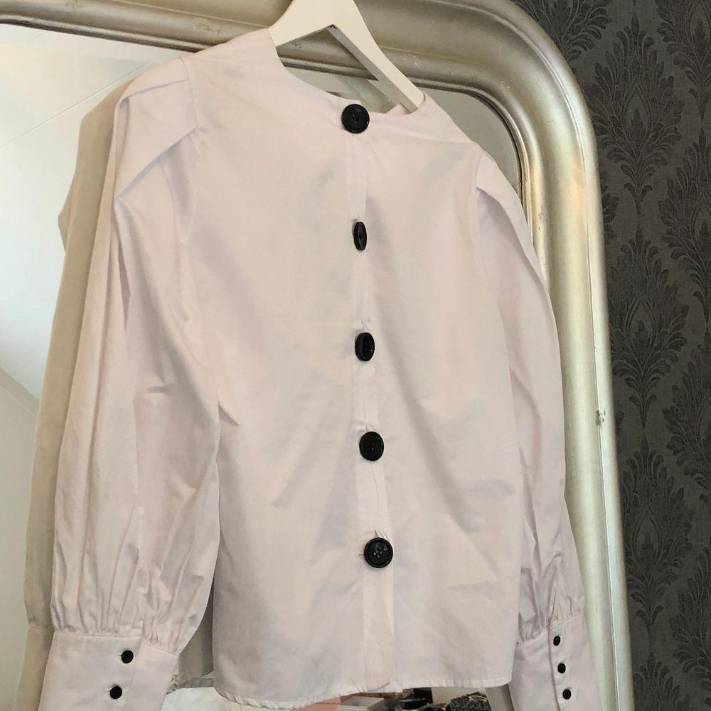 Supersnygg skjorta med puffärm och svarta knappar. Sparsamt använd och i fint skick. Storlek 40 men passar snarare 36-40. Har ni frågor eller funderingar är det bara att höra av sig. Köparen står för frakt 🚚.. Skjortor.