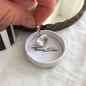 Thomas Sabo berlock- silvrigt diamant hjärta. 280kr med frakt. Säljes då det inte kommer till användning.