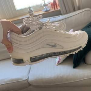 Ett par väldigt snygga sneakers i storlek 37,5. Dom är i ett väldigt bra skick och är inköpta för 2000kr, mitt pris är 500kr!!