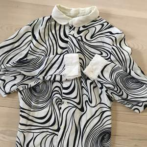 🤍Mönstrad Blus🤍 Blusen är köpt från tradera men i fint skick. Storlek 36. Frakten ingår i priset