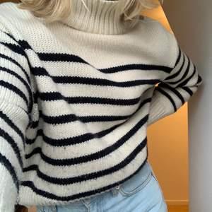 Fin stickad tröja från zara i ränder med marinblått och vitt, på axeln sitter även tre guldiga knappt som detaljer!🥰