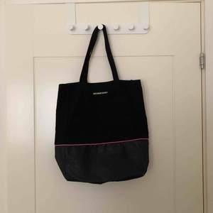 Väska från Victoria's secret, köpt i London. Lite slitningar men i bra skick annars. Pris: 100kr, finns att hämta 5min från Älvsjö station.