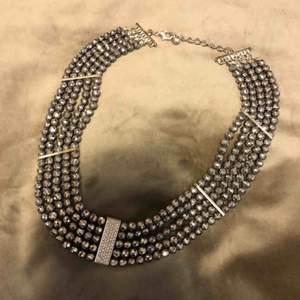 Halsband från snö of sweden köpte den för 600kr jätte fint skick