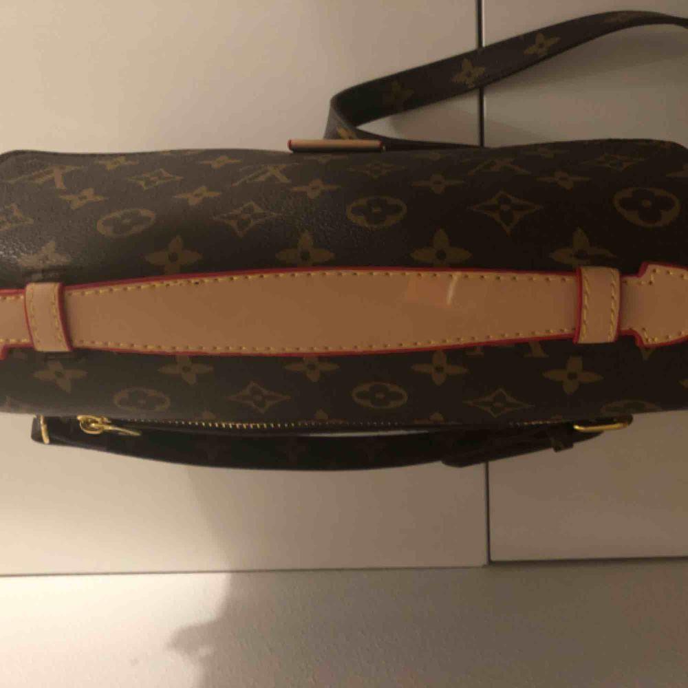 Hej!  Säljer en A kopia på Louis Vuitton nya, populära Pochette Metis.  En litet märke på handtaget, men inget som syns direkt eller stör.    Super fin och väldigt mjukt läder!  Först till kvarn!. Väskor.