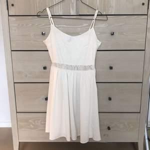 klänning använd vid en skolavslutning några år sen men aldrig använd sen dess! dragkedja på sidan. fraktar inte men möts upp i sthlm