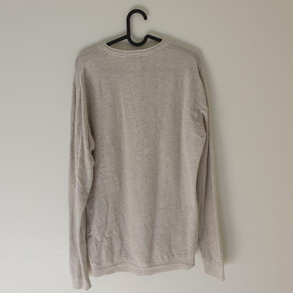 Härlig ljus stickad tröja inköpt på MQ, märke Visual Clothing Project. Bra skick! Köparen står för frakt 😊. Stickat.