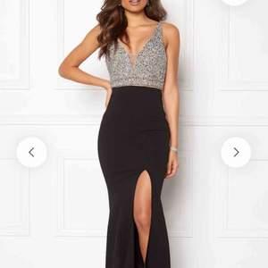 Väldigt vacker aftonklänning som sitter jättesnyggt på kroppen 🔥Köpte den för balen men använde en annan klänning så denna hänger bara i skåpet. Prislappen är kvar.    Frakten är inkluderad i priset.  Köpt från Bubbleroom   Fler bilder kan skickas 😊