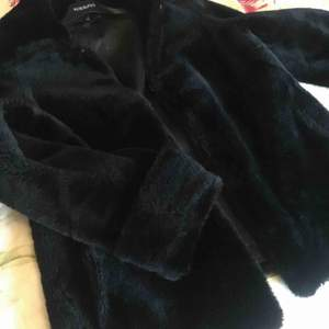 Fin och varm pälsjacka, perfekt till vintern. Ena fickan sönder men lappas enkelt ihop, inget som syns alls men därav priset! Kan gå ned i snabb affär :) Har en till ljus pälsjacka på min sida!