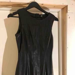 Super snygg skinn klänning från hm. Slutar innan knäna och har dragkedja bak. Mycket snygg