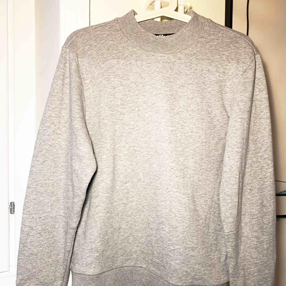 Bomullströja i mjukt och bylsigt material från J.Lindeberg. Snygg active wear i en större modell. Knappt använd.. Huvtröjor & Träningströjor.
