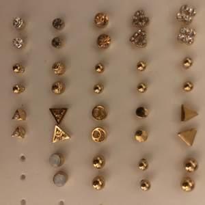 10kr/styck för örhängen, kan fixa paketspris, frakt tillkommer