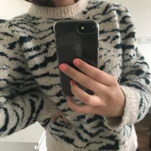 säljer nu min fina stickade tröja från hm storlek small💓beige/naturvit med mörkgröna zebraränder, lite puffiga ärmar