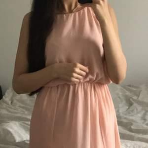 En superfin kläning som jag köpte för 3 år sedan men har använt den endast en gång på en skolavslutning. Vill sälja det för det har inte kommit till användningen. Köparen står för frakt! ❤️
