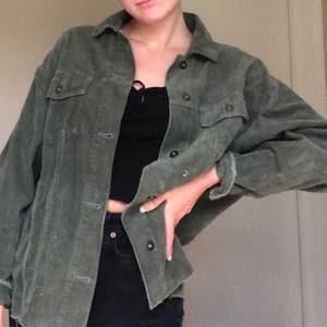 Tunnare skjortjacka i manchester från zara, inköpt för 399 kr i höstas men säljer pga att den inte kommer till användning. Modellen är oversized, passar bäst på en S-M. Sytt upp den någon cm då jag tyckte den var lång (jag är 1,67) frakt tillkommer💘