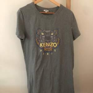 Säljer min kenzo klänning som nästan aldrig kommit till andvändning💜köpt på NK så den är äkta. Den är storlek L men passar en M