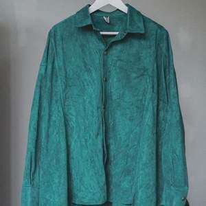 Smaragdgrön fuskmocka-skjorta. Har endast testat den på en gång, men aldrig blivit att jag använt den. Unik design då den är gjord utan 2 stycken skjortor, och med olika längder. Sjukt ball, men tyvärr används den inte. Oversize