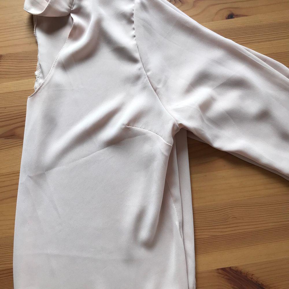 Beige/ljusrosa blus som passar perfekt både till fest och till vardags! Liten i storleken och är mer som en liten 38. 60 kr + frakt. . Blusar.