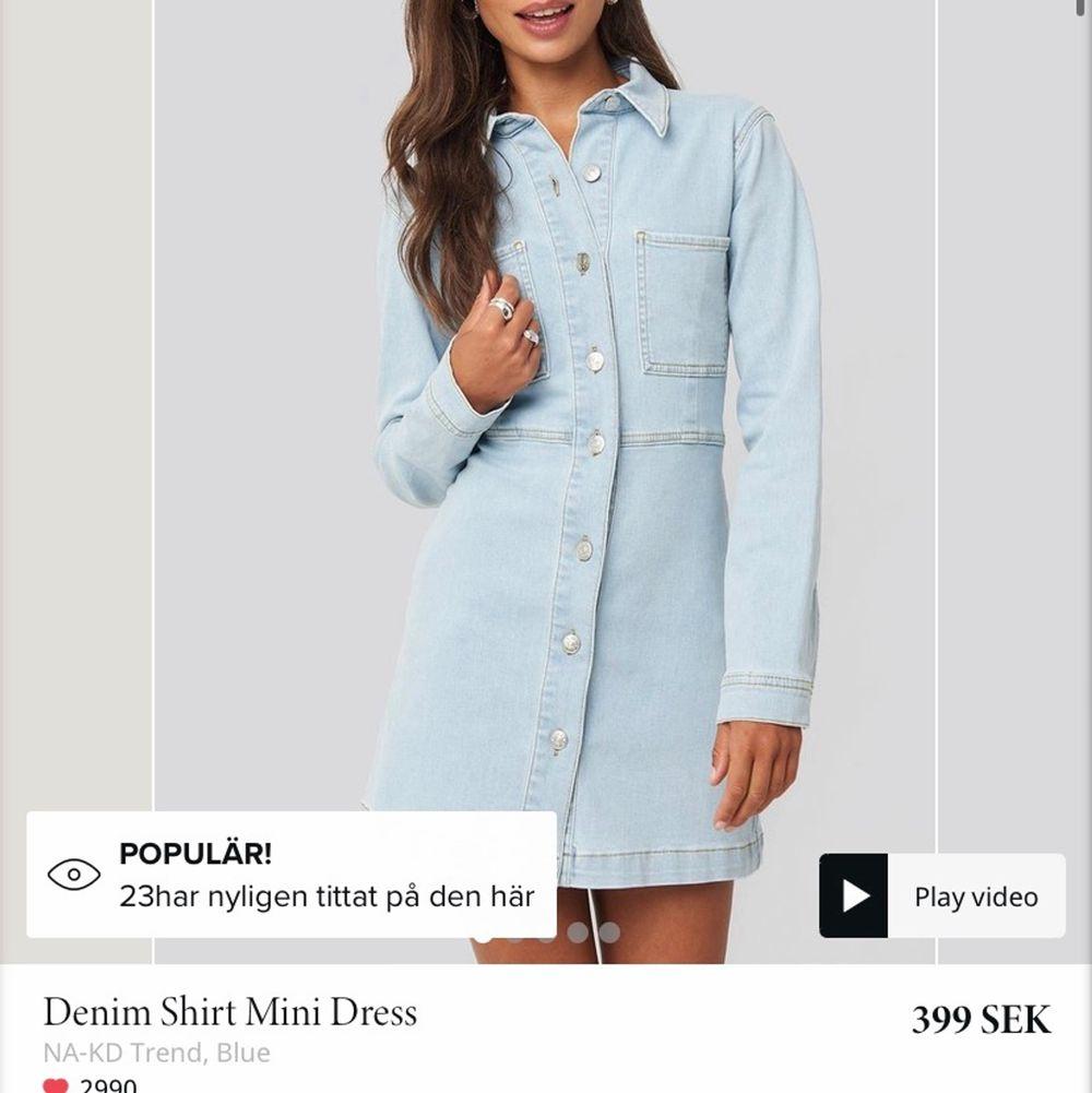 Supersnygg jeansklänning nu till sommaren, aldrig använd då det ej var min stil.. Skicka om intresse finns så skickar jag fler bilder hur den sitter på. Storlek 34 men skulle säga att den är som en Xs/S. Klänningar.