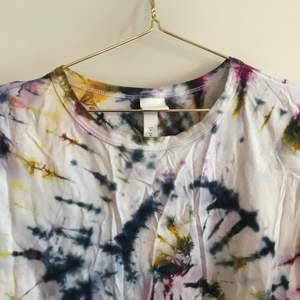 HM-basic T-shirt som jag batikfärgat.💘 frakten är inräknad i priset