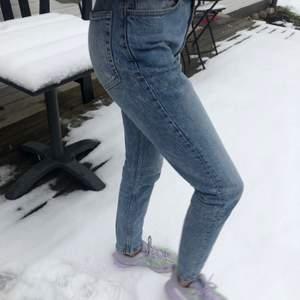 Jeans från bikbok i storlek S. De har en snygg ljusblå färg och liknar mom jeans i formen. Jag är ca 173 cm lång och bär storlek 34 i jeans. Endast använd några gånger innan så skicket är bra! Frakten betalas av köparen! (: skriv om ni vill ha fler bilder
