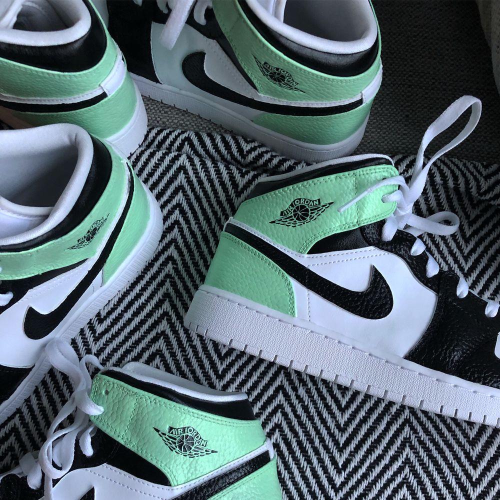 Kolla in min instagram, Stainscustoms, för custom jordans och Nike air force. 🤩💫💫. Skor.