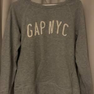 säljer denna superfina gap sweatshirt jag köpte i london för 3 år sedan. andvänd fåtal gånger så superfin och i bra skick! storlek xs